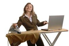 De vrouw van Bussiness met laptop en ijzer stock afbeelding