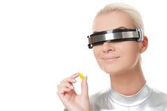De vrouw van Cyber met een pil Stock Afbeeldingen