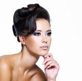 De vrouw van de aantrekkingskracht met modern krullend kapsel Stock Foto's