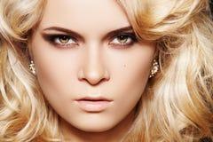 De vrouw van de aantrekkingskracht met samenstelling & elegante glanzende juwelen Stock Foto