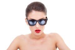 De vrouw van de aantrekkingskracht in zonnebril Stock Afbeeldingen