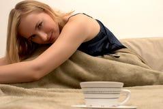 De vrouw van de blonde in bed royalty-vrije stock afbeelding