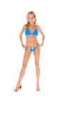 De Vrouw van de blonde in Blauwe Bikini en Hielen royalty-vrije stock fotografie