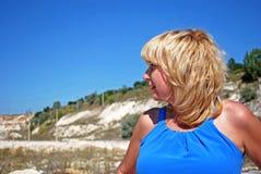 De vrouw van de blonde in blauwe kleding Royalty-vrije Stock Afbeeldingen