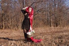 De vrouw van de blonde in bos Stock Afbeeldingen