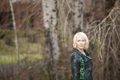 De Vrouw van de blonde in de zeer Kleurrijke Laag van de Winter Royalty-vrije Stock Afbeeldingen