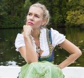 De Vrouw van de blonde in Dirndl Stock Afbeeldingen