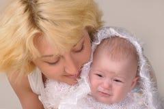 De vrouw van de blonde met haar baby Royalty-vrije Stock Afbeelding