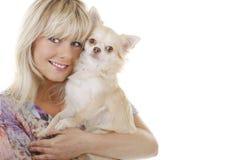 De vrouw van de blonde met kleine hond op het wapen Stock Afbeeldingen