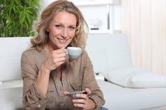 De vrouw van de blonde met koffie royalty-vrije stock afbeeldingen