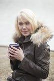 De Vrouw van de blonde met Mooie Blauwe Ogen Stock Fotografie