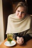 De vrouw van de blonde met muntthee Royalty-vrije Stock Afbeelding