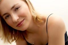 De vrouw van de blonde op haar bed stock fotografie