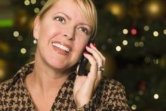 De Vrouw van de blonde op Haar Telefoon van de Cel in de Lichten van de Stad Stock Afbeeldingen