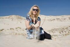 De Vrouw van de blonde op het Duin van het Zand Stock Foto's
