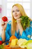 De vrouw van de blonde op keuken met groenten Royalty-vrije Stock Afbeeldingen