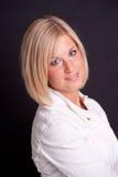 De vrouw van de blonde op zwarte achtergrond Stock Foto's
