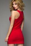De vrouw van de blonde in rode kleding stock afbeelding