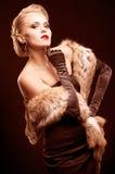 De vrouw van de blonde in zwarte kleding Stock Foto's