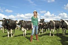 De vrouw van de boer en haar koeien Stock Afbeeldingen