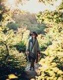 De vrouw van de Bohostijl in het bos royalty-vrije stock foto
