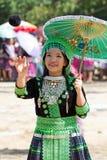 De vrouw van de de heuvelstam van Hmong speelt een bal. Royalty-vrije Stock Afbeelding