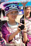 De vrouw van de de heuvelstam van Hmong speelt een bal. Stock Afbeelding