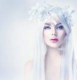 De vrouw van de de winterschoonheid met lang wit haar stock afbeeldingen