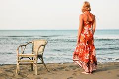 De vrouw van de eenzaamheid op het strand Stock Fotografie