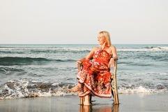 De vrouw van de eenzaamheid op het strand Stock Foto's