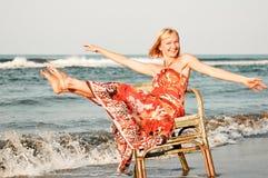 De vrouw van de eenzaamheid op het strand Royalty-vrije Stock Afbeeldingen
