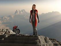 De vrouw van de fietser op bergpiek Stock Afbeelding