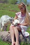 De vrouw van de folklore met jong geitje stock afbeeldingen