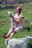 De vrouw van de folklore met jong geitje Royalty-vrije Stock Fotografie
