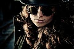 De Vrouw van de geheimzinnigheid in Zonnebril Stock Fotografie