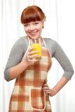 De vrouw van de gember bij keuken Stock Afbeelding