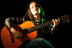 De Vrouw van de gitarist Stock Fotografie