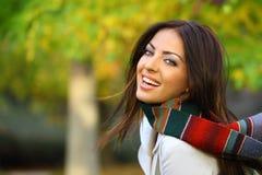 De vrouw van de herfst die met vreugde wordt gevuld Stock Afbeeldingen