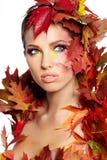 De vrouw van de herfst Mooie vrouw die in het bos op een dalingsdag loopt Stock Foto