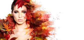 De vrouw van de herfst Mooie vrouw die in het bos op een dalingsdag loopt Royalty-vrije Stock Afbeelding