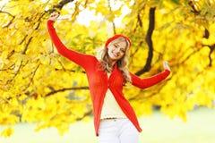 De vrouw van de herfst Mooie vrouw die in het bos op een dalingsdag loopt Stock Afbeeldingen