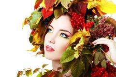 De vrouw van de herfst Mooie vrouw die in het bos op een dalingsdag loopt Stock Fotografie