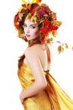 De vrouw van de herfst Mooie vrouw die in het bos op een dalingsdag loopt Royalty-vrije Stock Afbeeldingen