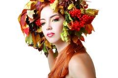 De vrouw van de herfst Mooie vrouw die in het bos op een dalingsdag loopt Royalty-vrije Stock Foto's