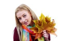 De vrouw van de herfst Mooie vrouw die in het bos op een dalingsdag loopt Mooie make-up Royalty-vrije Stock Foto