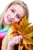 De vrouw van de herfst Mooie vrouw die in het bos op een dalingsdag loopt Mooie make-up Stock Fotografie