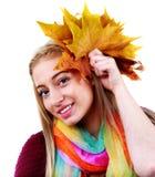 De vrouw van de herfst Mooie vrouw die in het bos op een dalingsdag loopt Mooie make-up Royalty-vrije Stock Afbeelding
