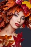 De vrouw van de herfst Mooie vrouw die in het bos op een dalingsdag loopt Mooie make-up stock foto