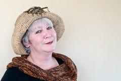 De Vrouw van de Hoed van de hippie met Blauwe Oorringen Royalty-vrije Stock Afbeeldingen