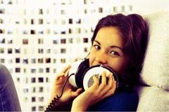 De vrouw van de hoofdtelefoon royalty-vrije stock afbeelding